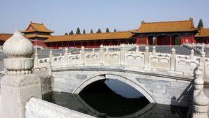 Pont sur la rivière aux eaux d'or