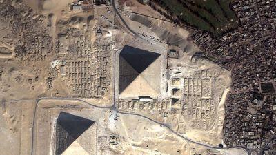 Vue aérienne de la pyramide de Khéops (cliquez pour agrandir)