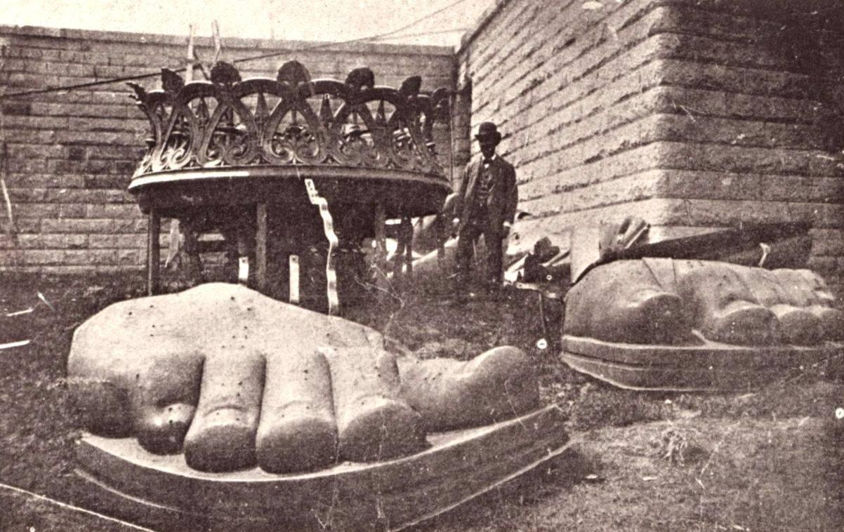 Le pied de la statue
