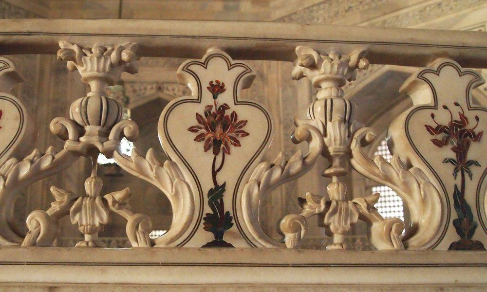 Décor supérieur de la balustrade à l'intérieur du Taj Mahal