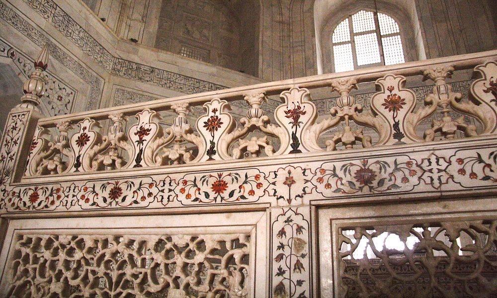 La frise de la balustrade à l'intérieur du Taj Mahal