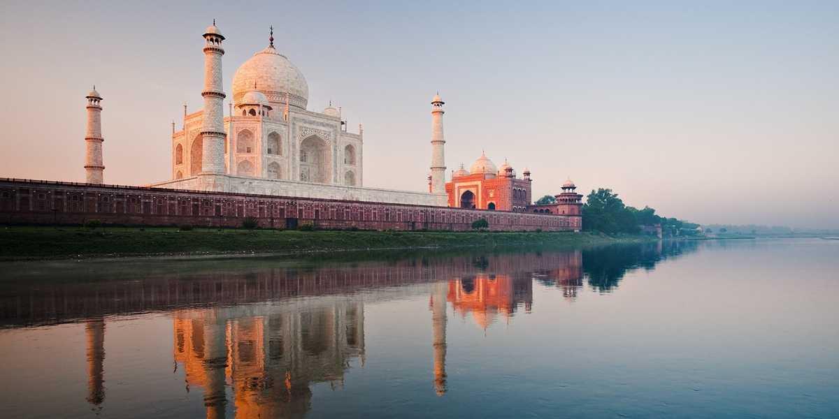 Le Taj Mahal le long du fleuve