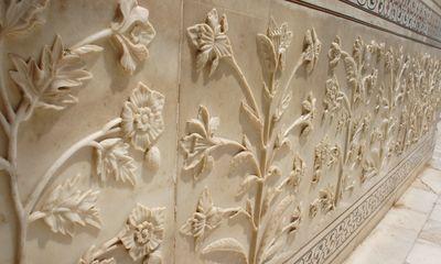 Fleurs gravées dans le marbre