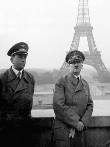 Hitler devant la tour Eiffel