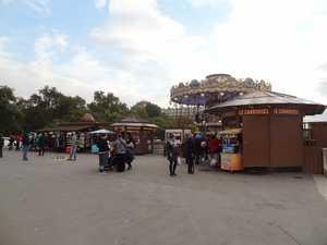 Le carrousel, aux pieds de la tour Eiffel