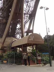 L'entrée du restaurant 'Le Jules Verne'