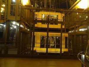La cage d'ascenseur descendant dans le pilier Est
